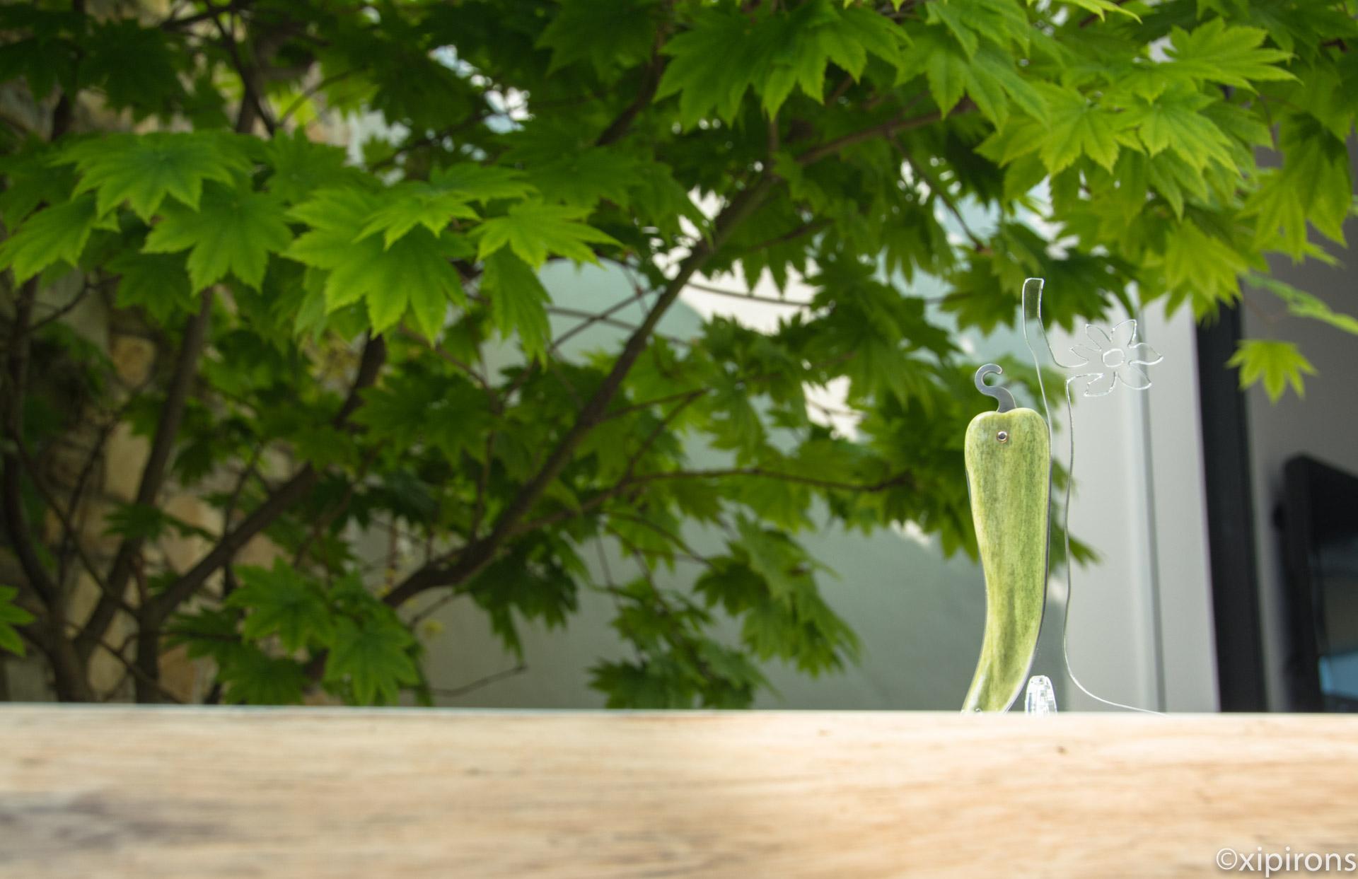 Couteau basque en os de chameau vert.
