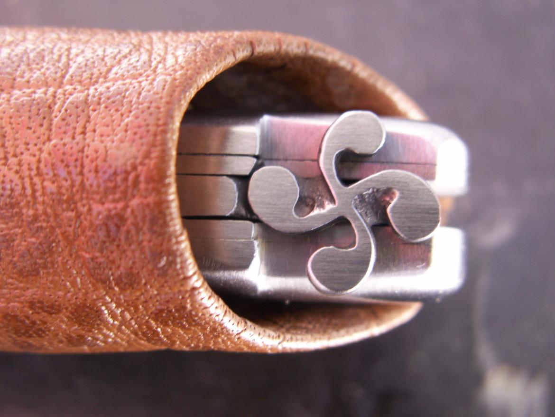 Couteau basque Mizpira, croix basque sculptée sur le ressort.