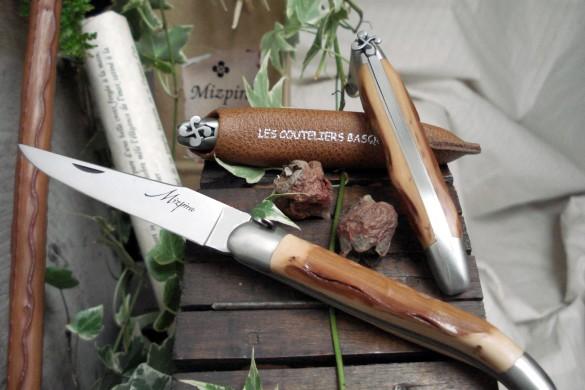 Mizpira le couteau basque en néflier et à la croix basque sculptée à la main