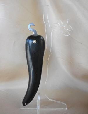 Bixia couteau basque en forme de piment d'Espelette en bois d'ébène.