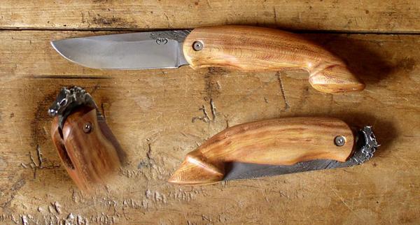 Couteau en forme de cheval en prunier du coutelier français Mickaël Moing