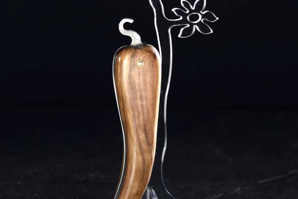 Bixia, couteau artisanal basque en forme de piment d'Espelette, en bois d'olivier.