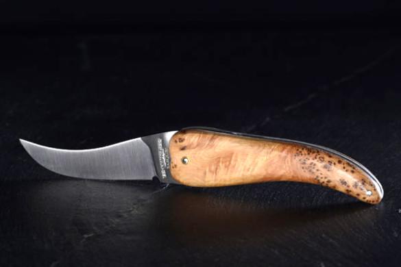 Bixia, couteau basque artisanal en forme de piment d'Espelette en bois de genévrier.