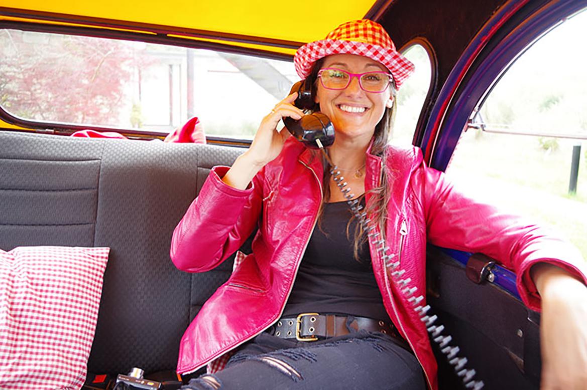 Rachel Exposito des Couteliers Basques dans la 2CV limousine de Cochonou