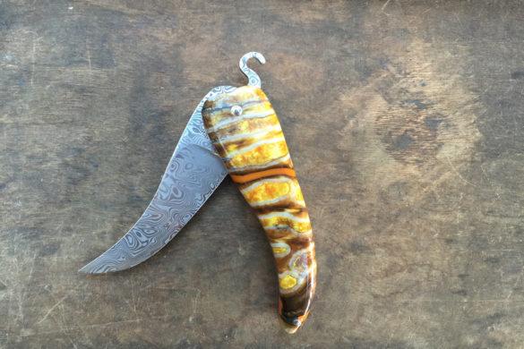 Bixia, couteau basque en forme de piment d'Espelette en molaire de mammouth