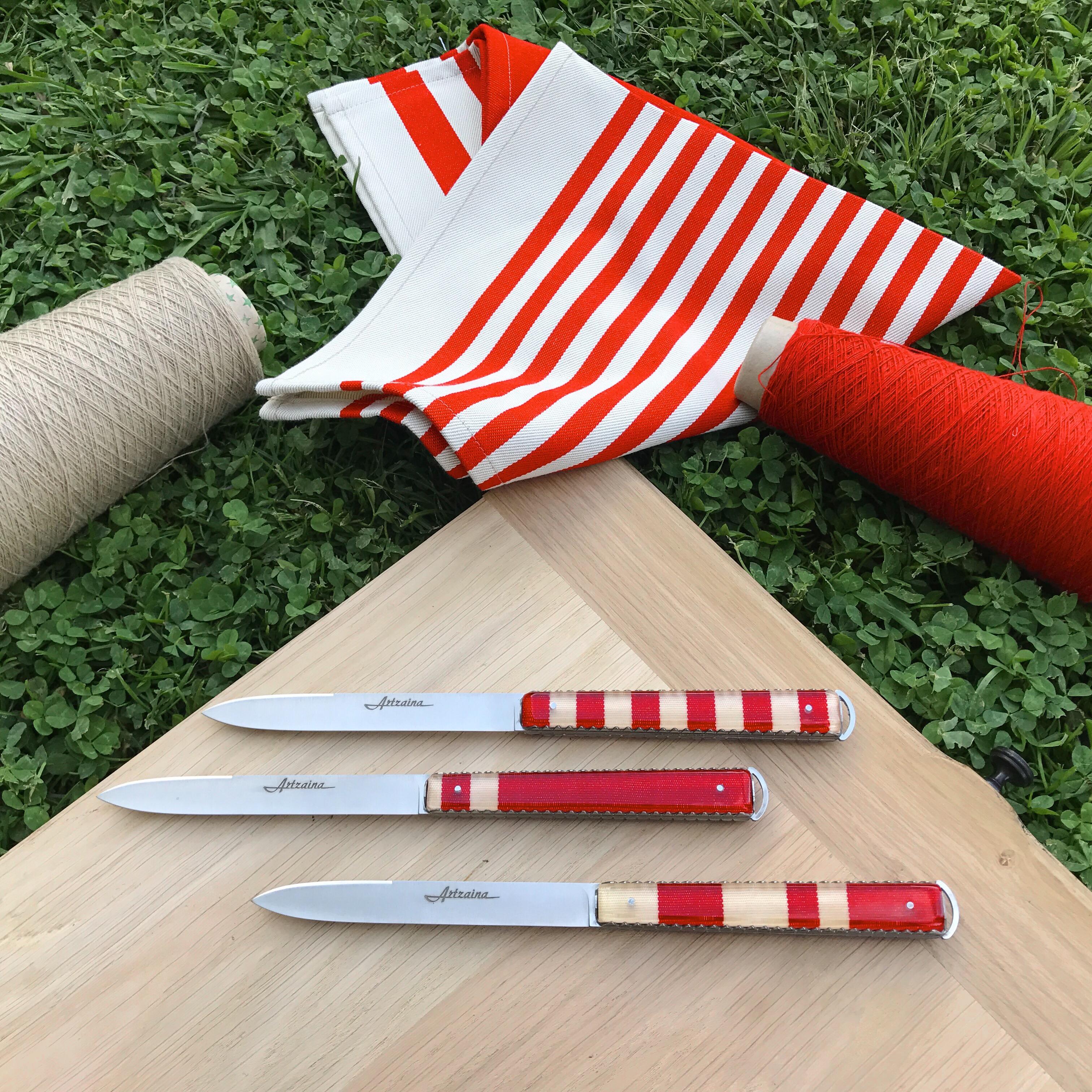 Couteaux de table Artzaina en linge basque pour la fête des mères.
